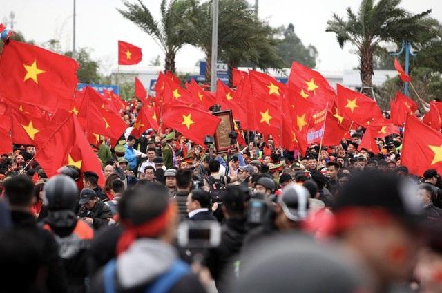 Máy bay chưa hạ cánh, hàng nghìn người hâm mộ đã nhuộm đỏ bên ngoài sân bay Nội Bài. (Ảnh: Quý Đoàn)