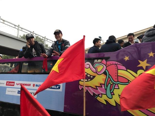Đội trưởng Lương Xuân Trường vẫy chào người hâm mộ. (Ảnh: Trần Thanh)