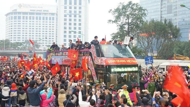 Chiếc xe buýt mất hơn 5 tiếng đồng hồ để đưa các cầu thủ từ sân bay Nội Bài về đến Văn phòng Chính phủ. (Ảnh: Nguyễn Dương)