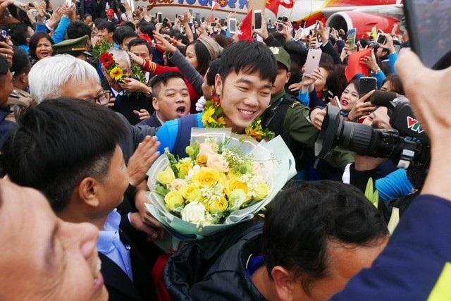 Những người hùng của bóng đá Việt Nam được vây kín. (Ảnh: Quý Đoàn)