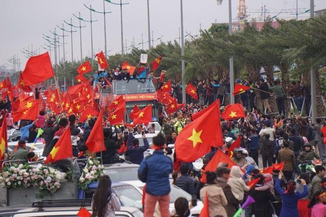 Xe buýt mui trần đưa toàn thể ban lãnh đạo và các cầu thủ U23 Việt Nam di chuyển về Văn phòng Chính phủ. (Ảnh: Hữu Nghị)