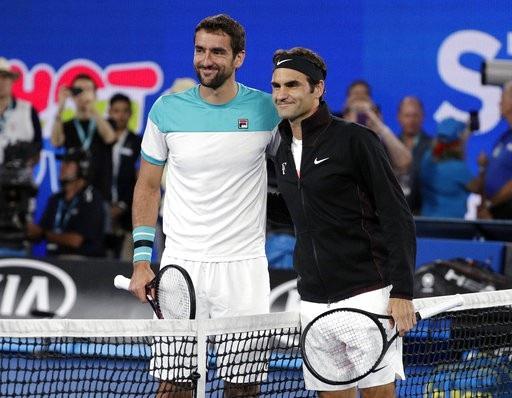 Cilic (trái) và Federer (phải) chụp hình lưu niệm trước trận chung kết