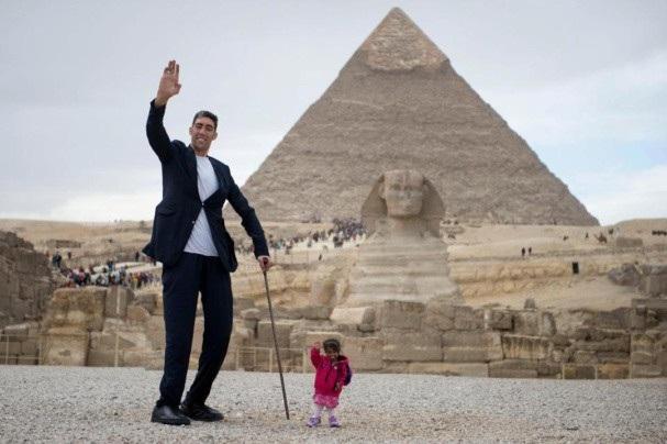Sultan và Jyoti chụp ảnh cùng nhau tại Ai Cập