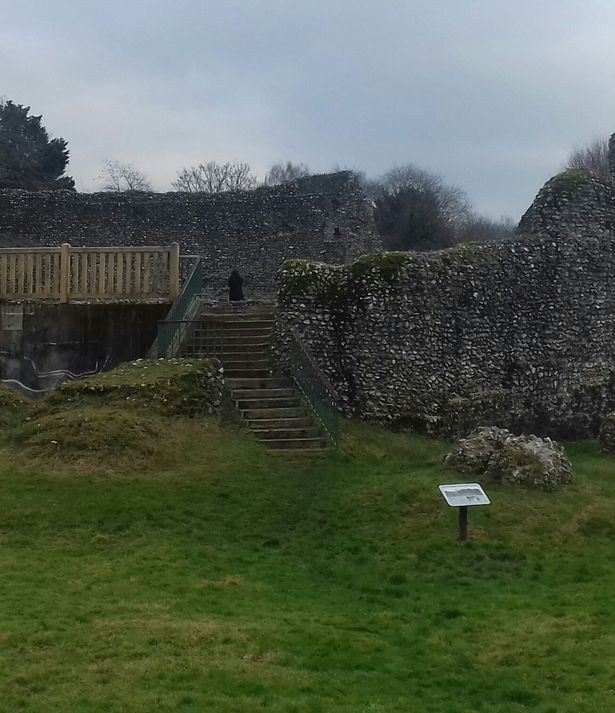 Chụp ảnh lâu đài thời Trung Cổ, thấy người mặc áo choàng đen bí ẩn? - 2