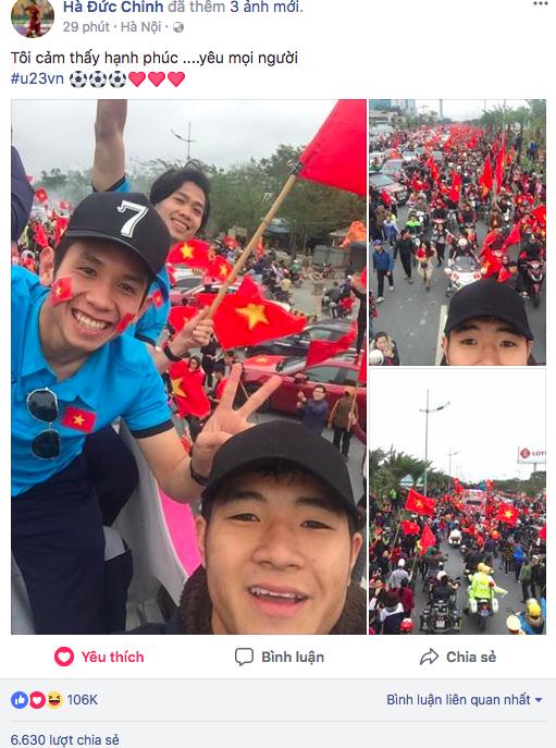 Đức Chinh khoe ảnh selfie cùng với đồng đội và người hâm mộ