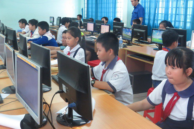 Ở tiểu học, học sinh chủ yếu học sử dụng các phần mềm đơn giản hỗ trợ học tập và sử dụng thiết bị kỹ thuật số.
