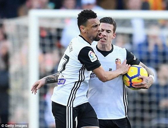 Valencia nuôi lại hy vọng sau bàn gỡ của Santi Mina