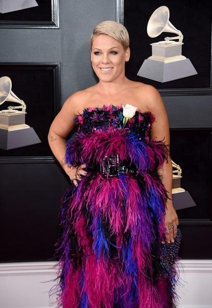 Ca sỹ Pink điệu đà dự sự kiện, cô diện váy Armani Privé