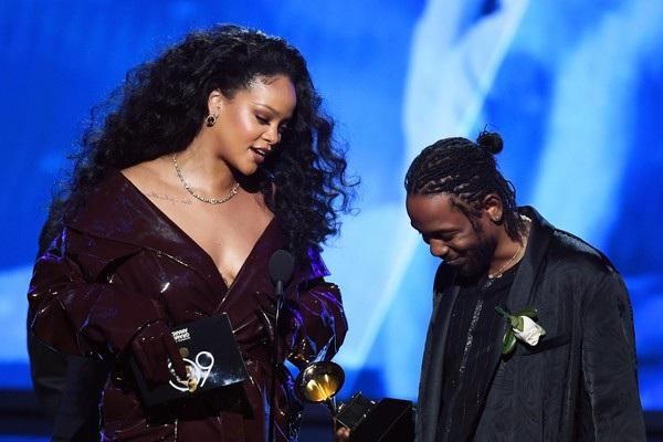 Hai ca sỹ lên sân khấu nhận giải thưởng lớn
