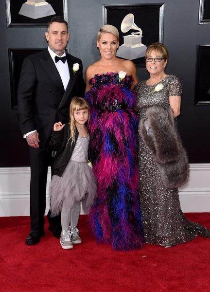 Pink đưa cả chồng và con gái nhỏ đi cùng