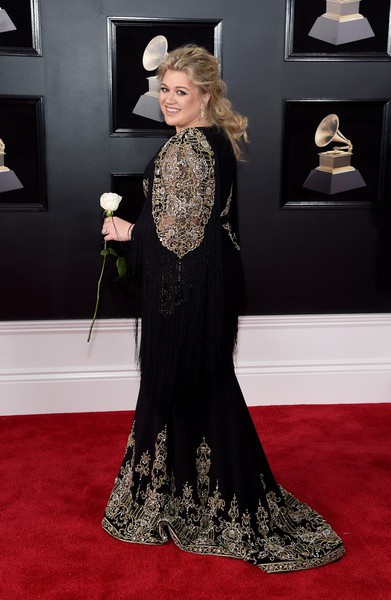 Kelly diện váy Christian Siriano
