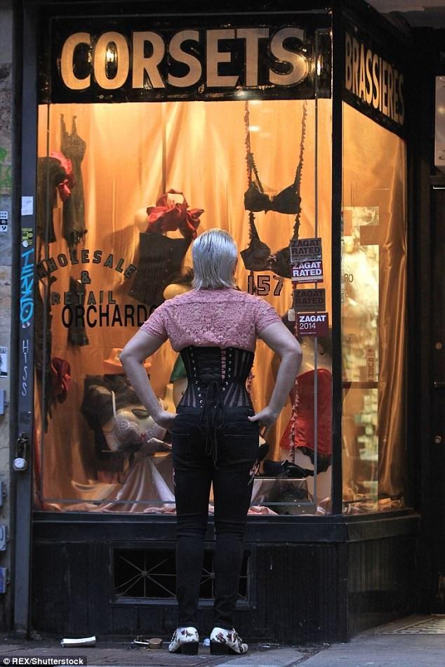 Chàng trai 34 tuổi chăm chú ngắm các mẫu áo trong cửa hàng thời trang