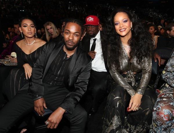 Rihanna thay liền 3 bộ cánh trong sự kiện âm nhạc này.