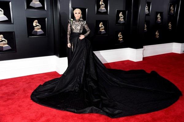 Nữ ca sỹ nổi tiếng diện váy Armani Prive