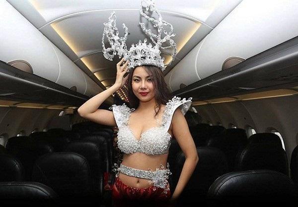 Việc đưa người mẫu diện bikini lên trình diễn lên chuyến bay chở U23 Việt Nam đã khiến Vietjet Air bị chỉ trích mạnh mẽ.