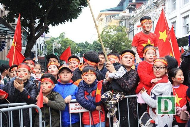 Nhiều em nhỏ đi cùng người lớn ra ngoài đường cổ vũ cho trận chung kết giữa U23 Việt Nam và U23 Uzbekistan chiều ngày 27/1. (Ảnh: Trần Thanh)