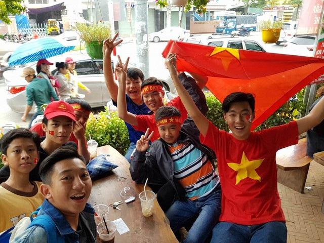 Học sinh ở Nha Trang (Khánh Hòa) cổ vũ trận chung kết U23 châu Á. (Ảnh: Viết Hảo)