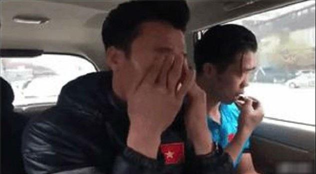 Phượng tranh thủ tút tát trên xe trước khi đi giao lưu với người hâm mộ