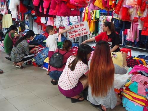 Các gian hàng quần áo trẻ em giá rẻ luôn thu hút rất đông người mua sắm Tết