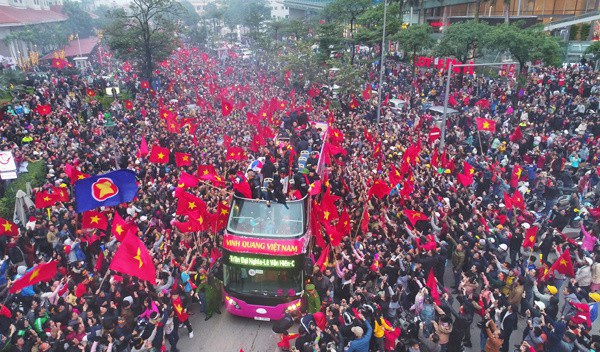 """Trên chiếc xe đó, tất cả không gian được dành cho màu """"máu đỏ, da vàng"""" đầy tự hào của dân tộc Việt Nam. Trên chiếc xe ấy, tất cả không gian được dành cho những người anh hùng chiến thắng trong lòng của 90 triệu dân Việt Nam vừa quay về từ sân Thường Châu."""