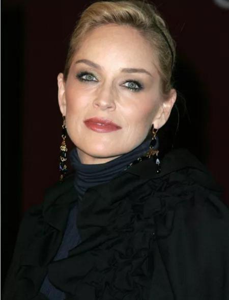 """Hồi năm 2001, nữ diễn viên Sharon Stone gần như đã không qua khỏi vì bị xuất huyết não. Mặc dù sau đó, Sharon Stone đã bình phục hoàn toàn nhưng mỗi khi nhớ lại về quá trình điều trị gian nan, nữ diễn viên lại thổn thức: """"Tôi đến bệnh viện khi bị mất trí nhớ ngắn và dài hạn. Phần dưới chân trái tôi thì tê liệt. Tôi không thể nghe được bằng tai phải. Bên mặt của tôi thì sụt xuống. Tôi đã nghĩ mình sẽ không bao giờ xinh đẹp được nữa, còn ai muốn ở bên cạnh mình nữa đây?""""."""