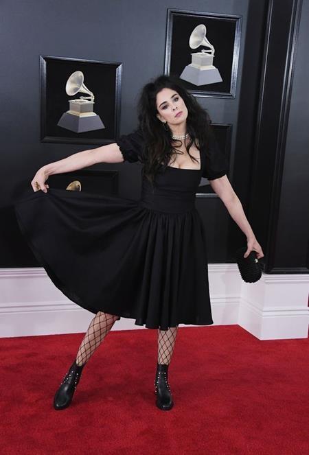 Khó có thể hiểu được lý do tại sao Sarah Silverman lại diện cây đen một màu đầy nhàm chán đến dự thảm đỏ Grammy