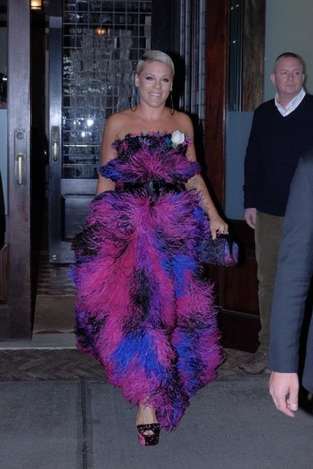 Ấn tượng duy nhất mà Pink tạo ra cho thảm đỏ Grammy năm nay là: thật nhiều, thật nhiều lông