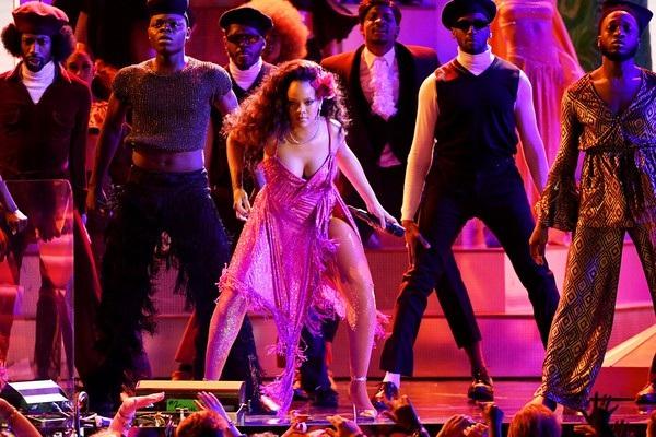 Rihanna tái xuất đầy năng lượng trên sân khấu