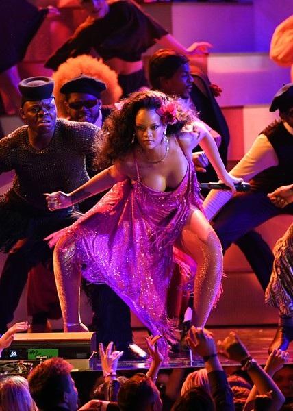 Nữ ca sỹ xinh đẹp nhận giải màn diễn Rap hay nhất cùng với Kendrick Lamar