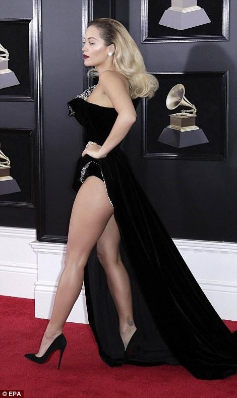 """Váy xẻ cao """"bất tận"""" của Rita Ora trên thảm đỏ Grammy 2018 - 6"""