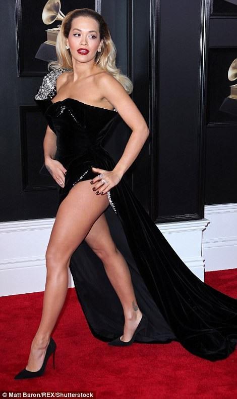 """Váy xẻ cao """"bất tận"""" của Rita Ora trên thảm đỏ Grammy 2018 - 7"""