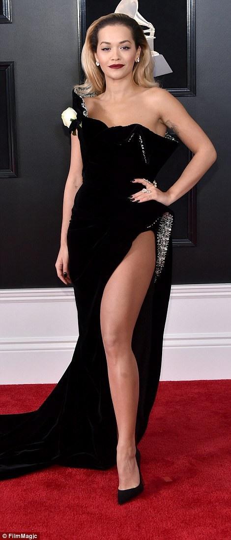 """Váy xẻ cao """"bất tận"""" của Rita Ora trên thảm đỏ Grammy 2018 - 10"""