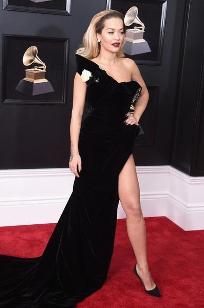 Rita Ora diện váy hở bạo bất chấp trời đông - 10