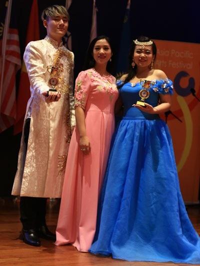 Tiến sĩ- ca sĩ Phương Nga tự hào khi hai học trò Thảo Ly, Thế Việt giành giải Vàng Liên hoan Nghệ thuật Châu Á – Thái Bình Dương.