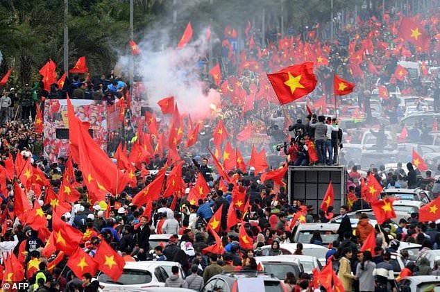 Hình ảnh người hâm mộ chào đón những người hùng U23 Việt Nam