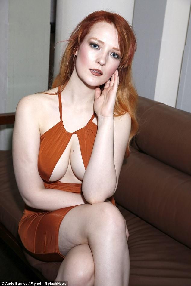 Siêu mẫu 23 tuổi khoe da trắng mịn và vòng một đầy đặn trong bộ váy hở tứ bề
