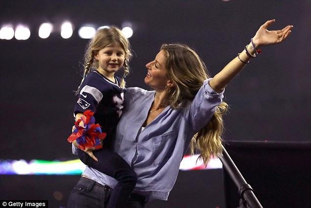 Siêu mẫu Gisele Bundchen cùng con gái Vivian Brady tới sân vận động cổ vũ cho chồng thi đấu hồi tháng 2/2017.