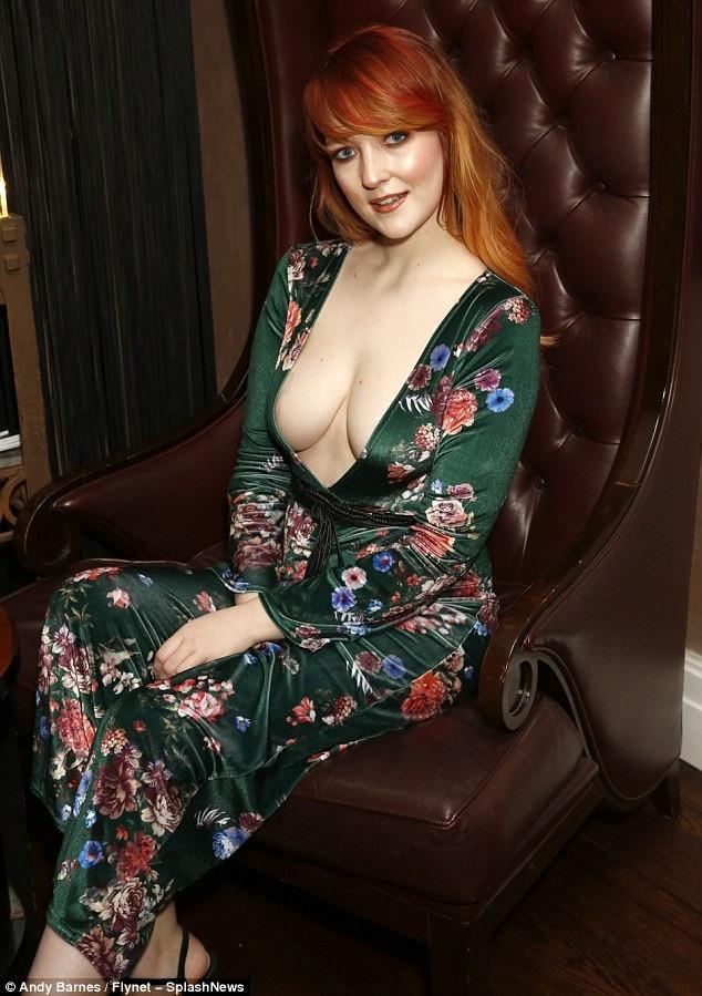 Người đẹp tự tin về thân hình quyến rũ và vòng một đẹp tự nhiên.