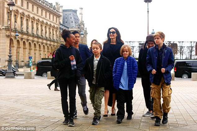 Angelina Jolie và 6 con cùng khám phá Paris ngày 30/1 vừa qua