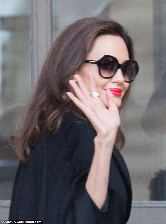 Angelina Jolie thanh lịch trong bộ đồ đen sang trọng