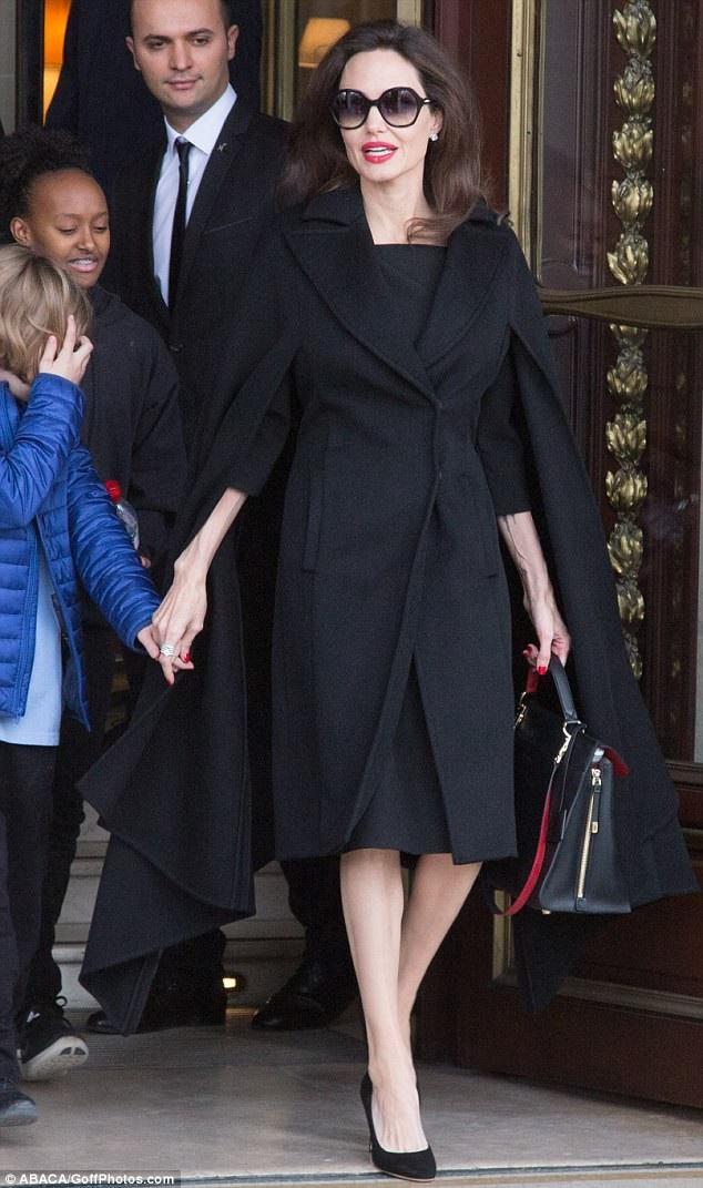Angelina Jolie đưa các con tham quan bảo tàng Louvre