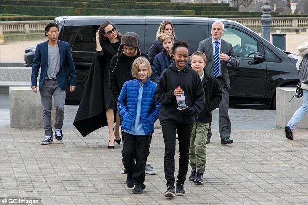 Ngôi sao xinh đẹp bên 6 con - Maddox, 16 tuổi, Zahara, 13 tuổi, Pax, 14 tuổi, Shiloh, 11 tuổi và cặp sinh đôi 9 tuổi Knox - Vivienne