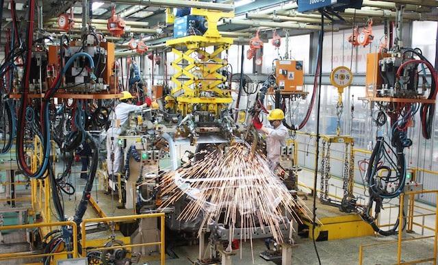 Sản xuất ô tô trong nước đối mặt với áp lực từ xe nhập khẩu.