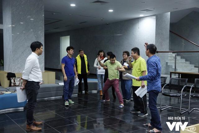 Đạo diễn Đỗ Thanh Hải vẫn theo sát các nghệ sĩ trong các buổi tập. Ảnh: VTV.