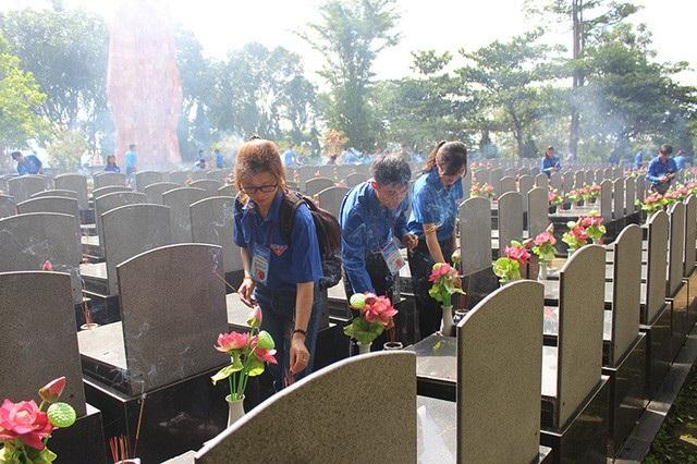 Đoàn viên, thanh niên thắp nến tri ân tại mộ Liệt sĩ nghĩa trang tỉnh Kon Tum