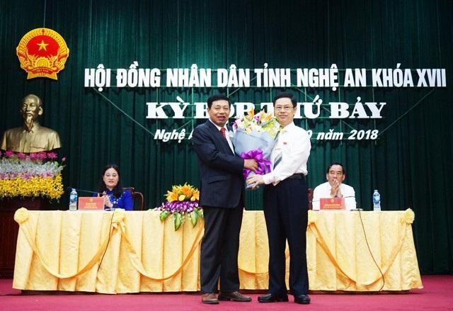 Chủ tịch HĐND tỉnh Nghệ An tặng hoa chúc mừng ông Nguyễn Xuân Đường đã hoàn thành nhiệm kỳ công tác của mình trên cương vị Chủ tịch UBND tỉnh. Ông Nguyễn Xuân Đường nghỉ hưu theo chế độ kể từ ngày 1/10/2018.