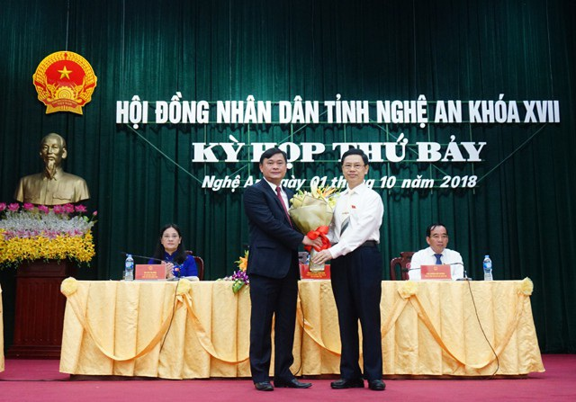 Ông Nguyễn Xuân Sơn - Chủ tịch HĐND tỉnh Nghệ An (phải) tặng hoa chúc mừng ông Thái Thanh Quý được bầu giữ chức vụ Chủ tịch UBND tỉnh Nghệ An.