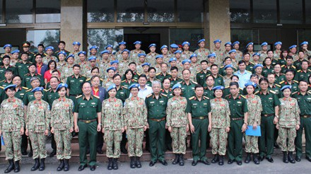 Thượng tướng Nguyễn Chí Vịnh và các đại biểu chụp ảnh với cán bộ, nhân viên Bệnh viện dã chiến cấp 2 số 1, sáng 29/9. (ảnh: Nguyên Hải)