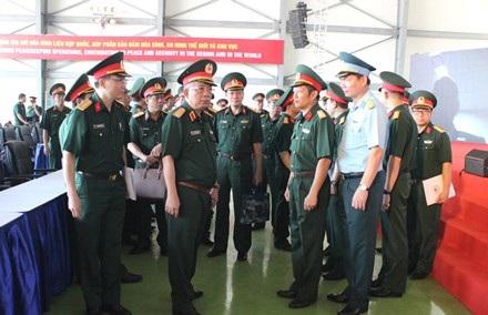 Thượng tướng Nguyễn Chí Vịnh kiểm tra công tác chuẩn bị cho Lễ xuất quân Bệnh viện dã chiến cấp 2 số 1 tại Sân bay Tân Sơn Nhất, sáng 29/9. (ảnh: Nguyên Hải).