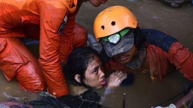 Một thiếu nữ 15 tuổi được cứu sau thảm họa động đất/sóng thần ở Palu, Indonesia (Ảnh: AP)